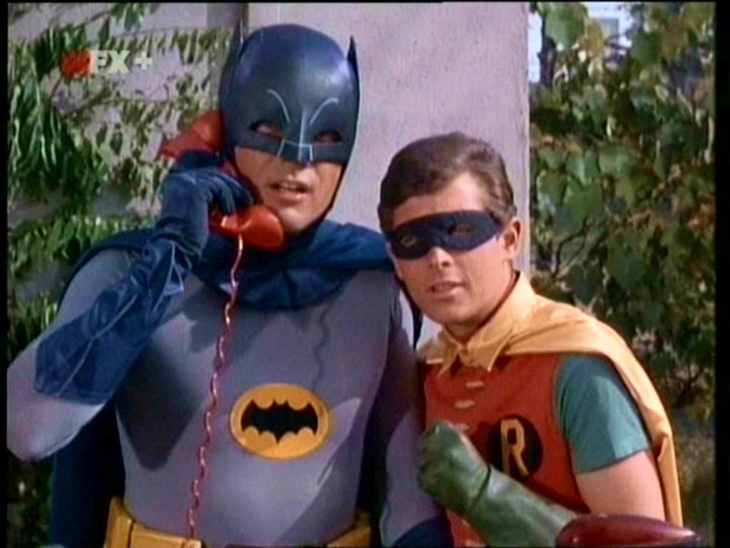 Batman y Robin llaman a hot-lines en pareja.