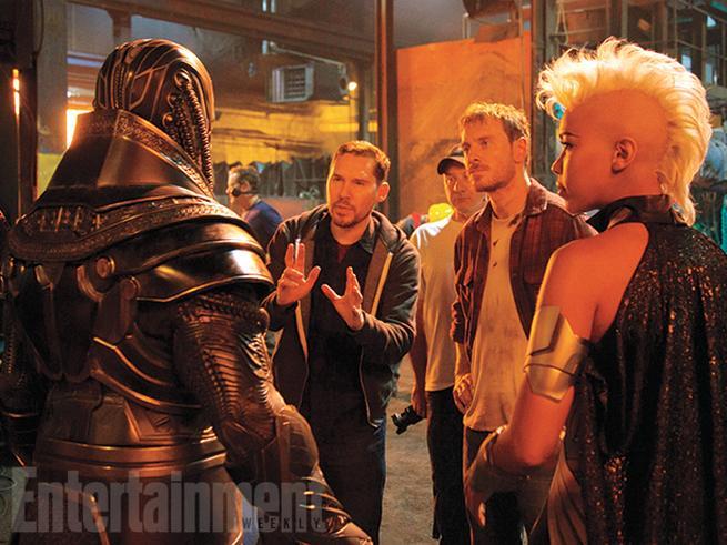 En Sabah Nur/Apocalypse (Oscar Isaac), director Bryan Singer, Erik Lensherr/Magneto (Michael Fassbender), y Ororo Munroe/Storm (Alexandra Shipp)