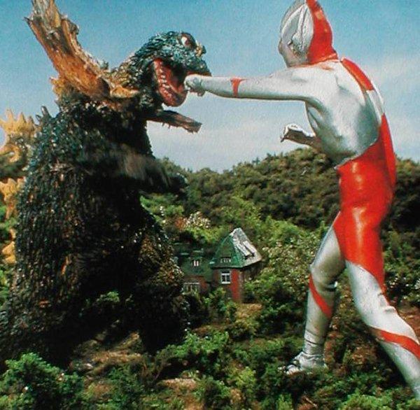 Godzilla... ejem, no, Jirass contra Ultraman.
