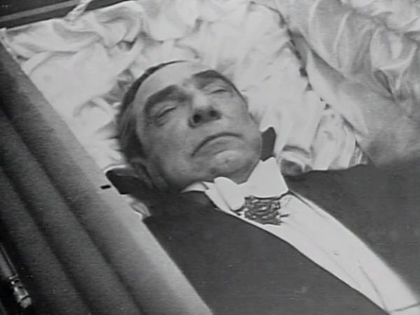 Excẃntrico hasta el final, Lugosi fue enterrado portando la capa del personaje que lo hizo inmortal.